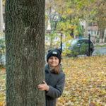 Девушка в пальто и шляпе прячется за деревом в осеннем парке - Украина, Одесса, 17,10,2019
