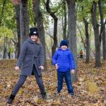 Мальчик и девочка бросают желтые листья в парке осенью - Украина, Одесса, 17,10,2019