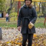 Девушка в сером пальто с листьями в руках в осеннем парке - Украина, Одесса, 17,10,2019