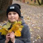Девушка в сером пальто осень в парке
