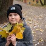 Девушка в сером пальто желтые осенние листья на лицо в парк - Украина, Одесса, 17,10,2019