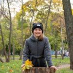 Девушка оперлась на пене в осенний парк - Украина, Одесса, 17,10,2019