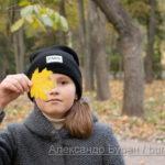 Осенний лист на лицо девочка в осеннем парке - Украина, Одесса, 17,10,2019