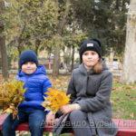 Мальчик и девочка с букетами листьев в осеннем парке - Украина, Одесса, 17,10,2019