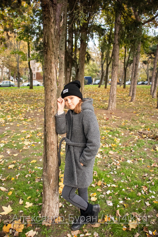 Девушка облокачивается на дерево в парке осенью - Украина, Одесса, 17,10,2019