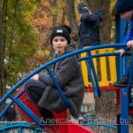 Девочка-подросток сидит на металлических трубах детская игровая площадка - Украина, Одесса, 17,10,2019