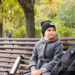 Девушка отдыхает на скамейке в осеннем парке - Украина, Одесса, 17,10,2019