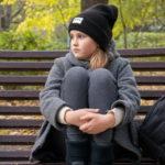 Девушка в парке залезла на скамейку с ногами - Украина, Одесса, 17,10,2019