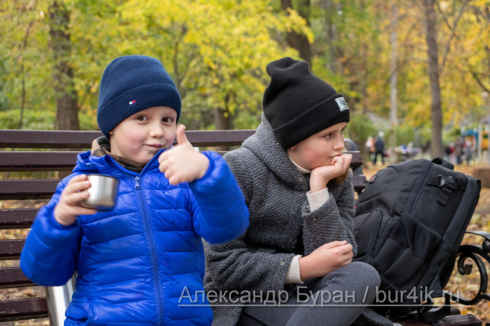 Мальчик показывает большой палец, сидящего на скамейке рядом с сестрой - Украина, Одесса, 17,10,2019