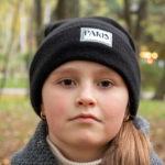 Портрет девушки в черной шляпе в парке осенью