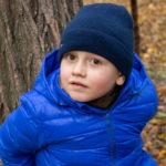 Портрет мальчика в синей шляпе и куртке в парке осенью