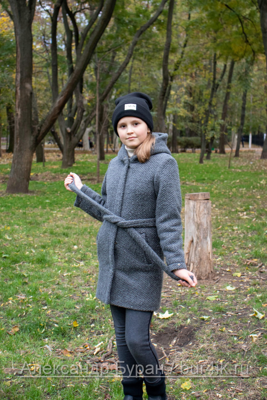 Девочка-подросток на тропинке в парке осенью - Украина, Одесса, 17,10,2019