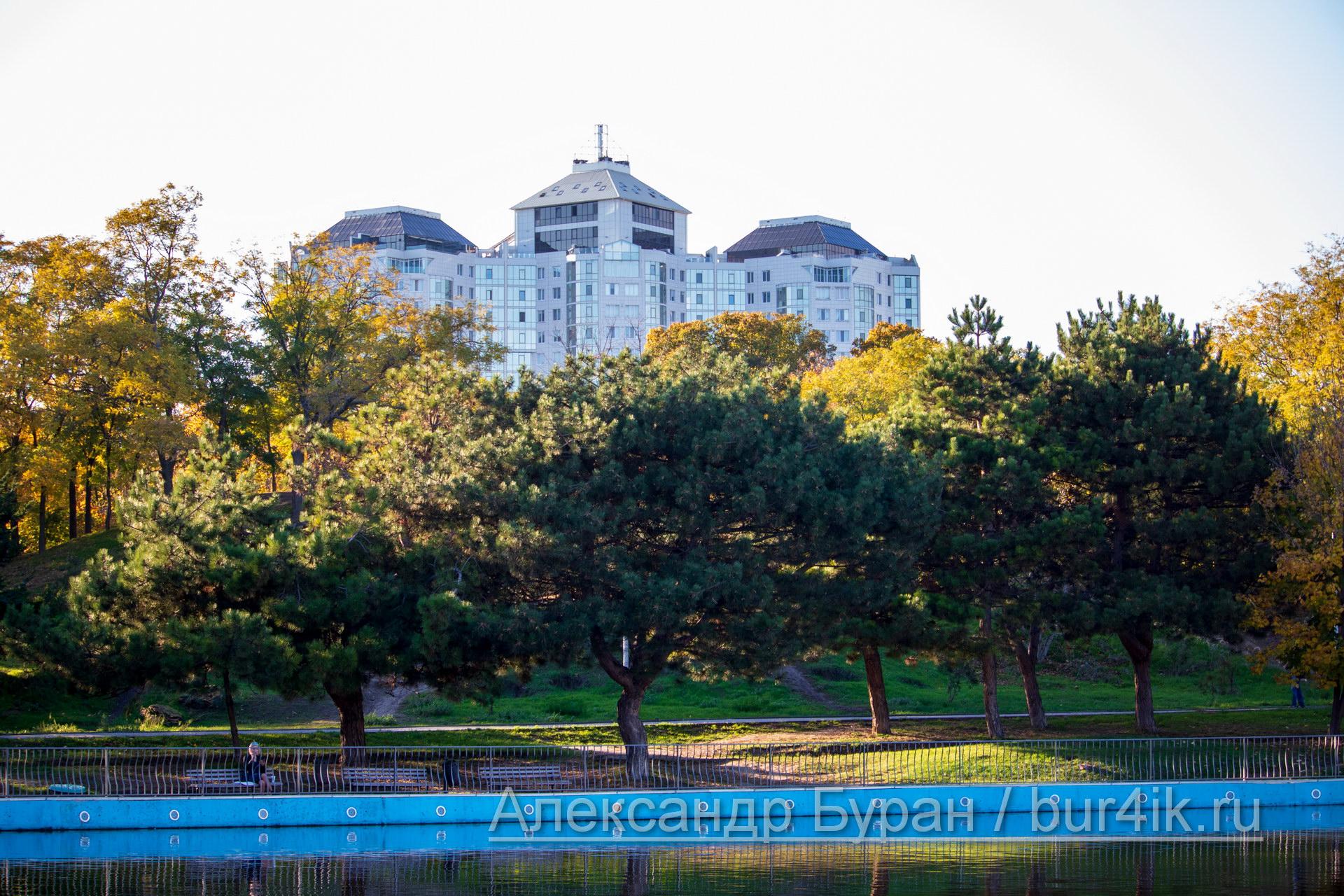 Пруд, деревья в парке и многоэтажное здание на заднем плане - Украина, Одесса, 17,10,2019