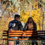 Парень и девушка общаются, сидя на скамейке в осенний парк - Украина, Одесса, 17,10,2019