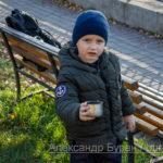 Мальчик с крышкой от термоса просит налить ему еще чаю