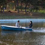 Парень и девушка плывут на лодке на пруду в осеннем парке - Украина, Одесса, 17,10,2019