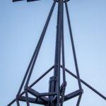 Металлические конструкции декоративно напоминающие мачты парусного судна