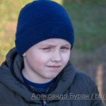 Мальчик с одним глазом от яркого света солнца
