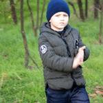 Малыш трется о его локоть из руки в парке