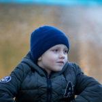 Шесть-летний мальчик в парке позирует для фотографа
