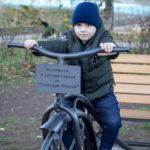 Мальчик на металлических велосипедов - скульптура у входа в парк - Украина, Одесса, 17,10,2019
