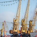 Желтые краны в порту для погрузки и разгрузки - Украина, Одесса, 09,11,2019