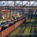 Грузовые железнодорожные вагоны и зеленая трава осенью в порт - Украина, Одесса, 17,10,2019