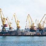 Кучи камней под крана на участке погрузки в порту - Украина, Одесса, 09,11,2019