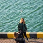 Две девушки фотографируют себя на причале в порту - Украина, Одесса, 09,11,2019