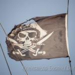 Пиратский флаг с черепом и саблями развивается на ветру - Украина, Одесса, 09,11,2019