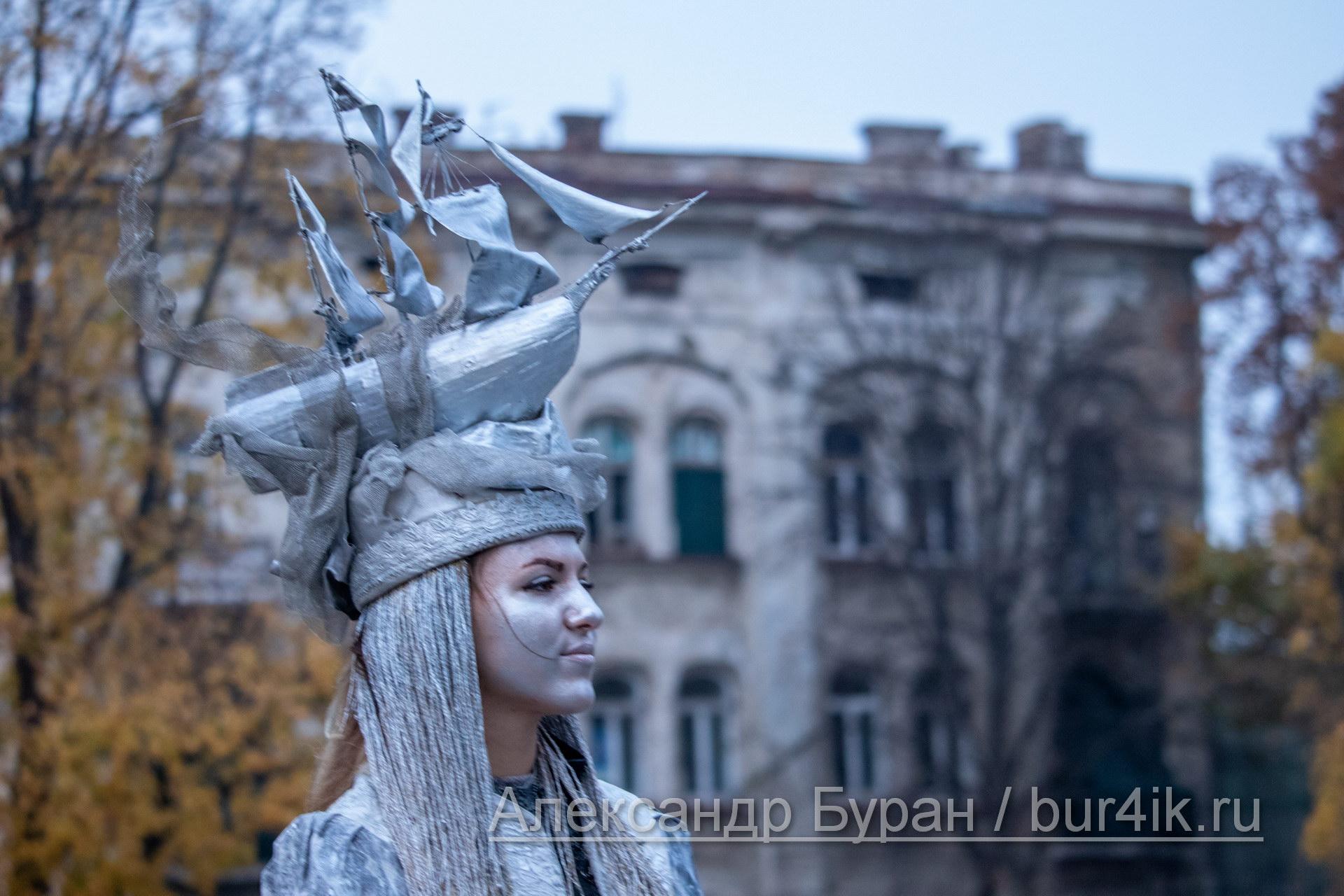 Серебряная краска на лице девушки и платье с кораблем вместо головного убора - Украина, Одесса, 09,11,2019
