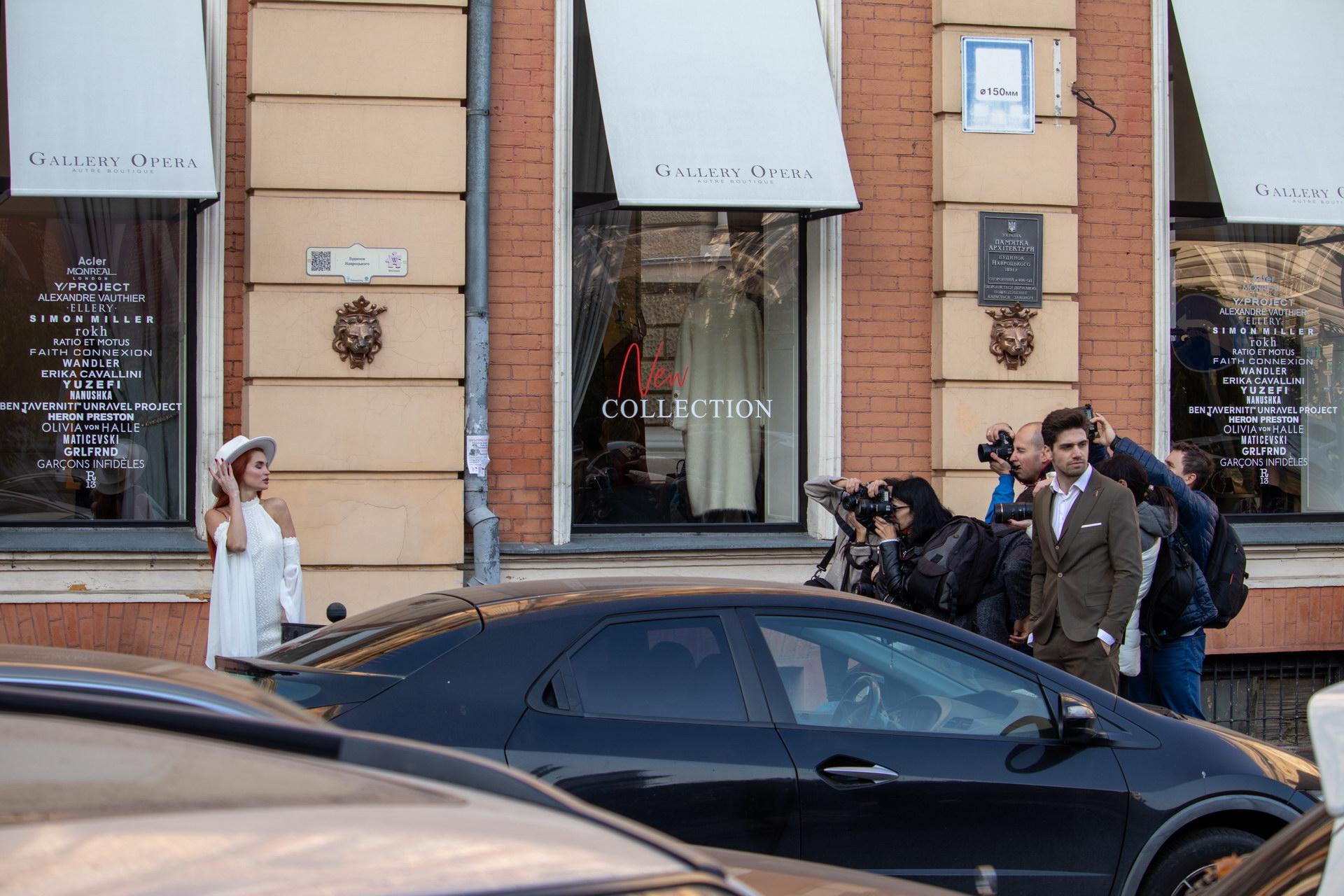 Девушка в белом платье и шляпе позирует для фотографов в центре Одессы около оперного театра – bur4ik.ru – 21.01.2020 - фото 11