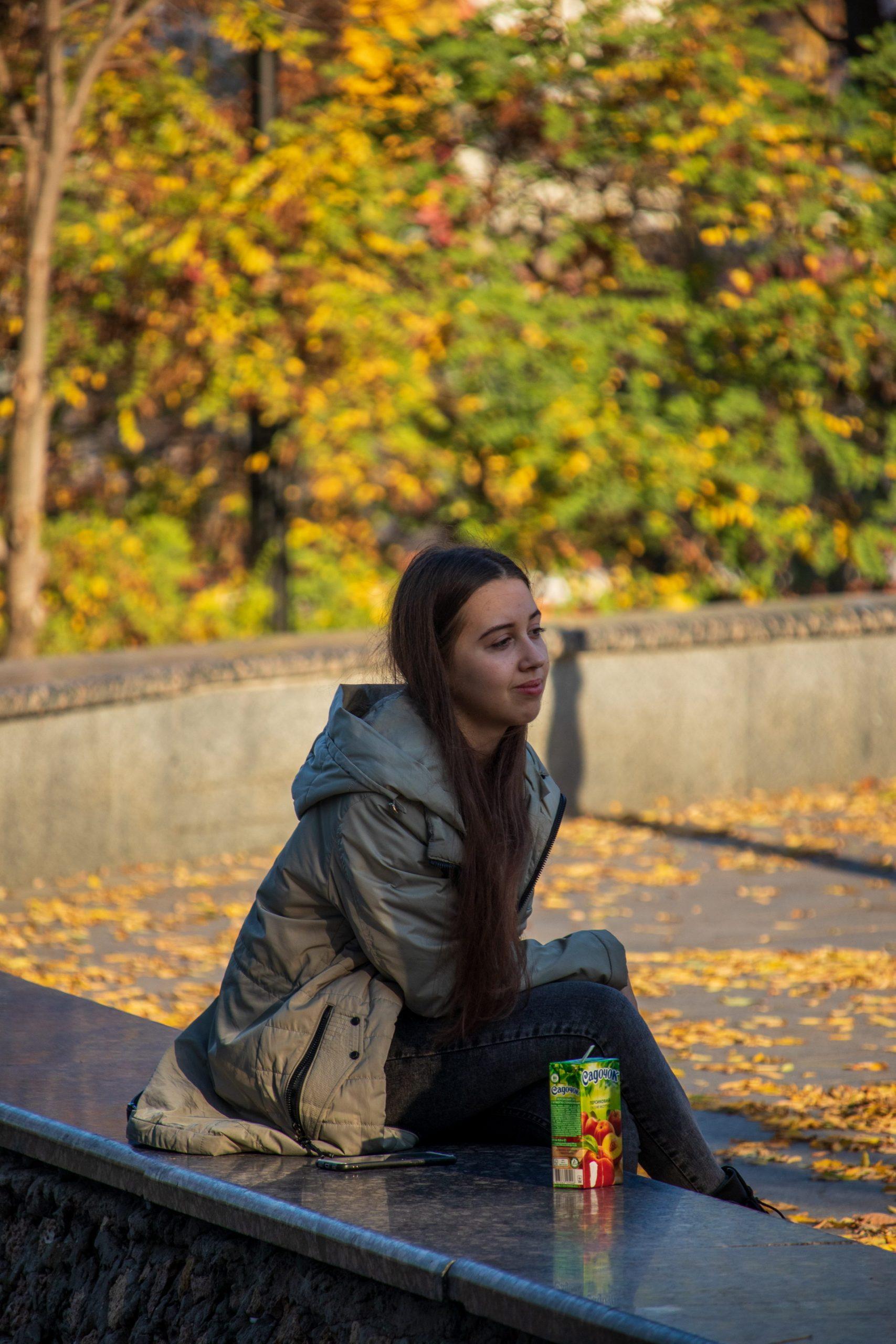 Девушка сидит в центре города на заборчике и пьет сок – bur4ik.ru – 21.01.2020 - фото 3