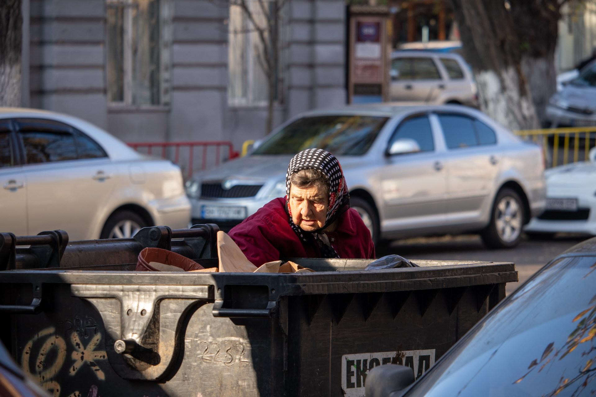 Нищая украинская пенсионерка копается в мусорном баке в поисках еды и вещей – bur4ik.ru – 21.01.2020 - фото 2