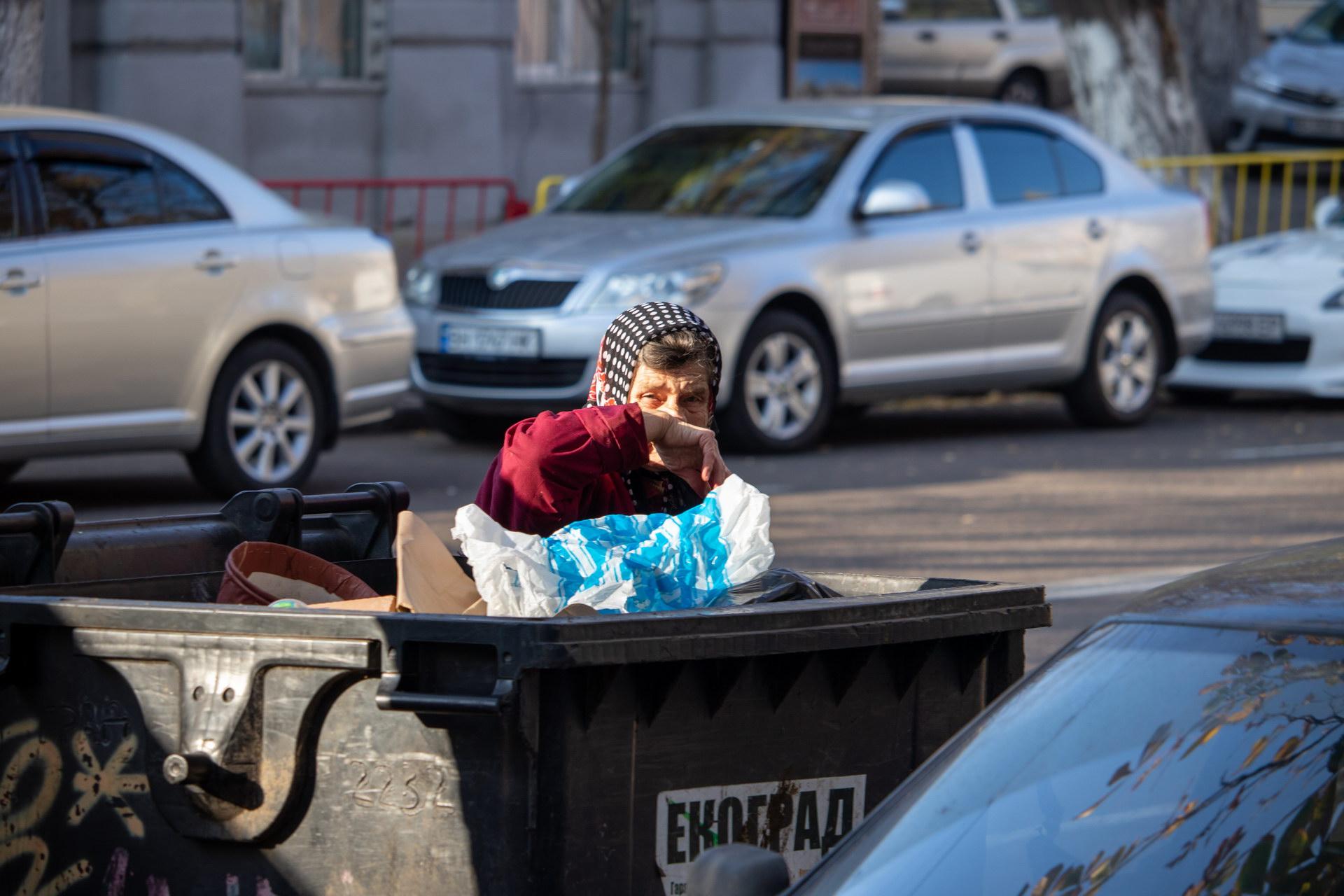 Нищая украинская пенсионерка копается в мусорном баке в поисках еды и вещей – bur4ik.ru – 21.01.2020 - фото 4
