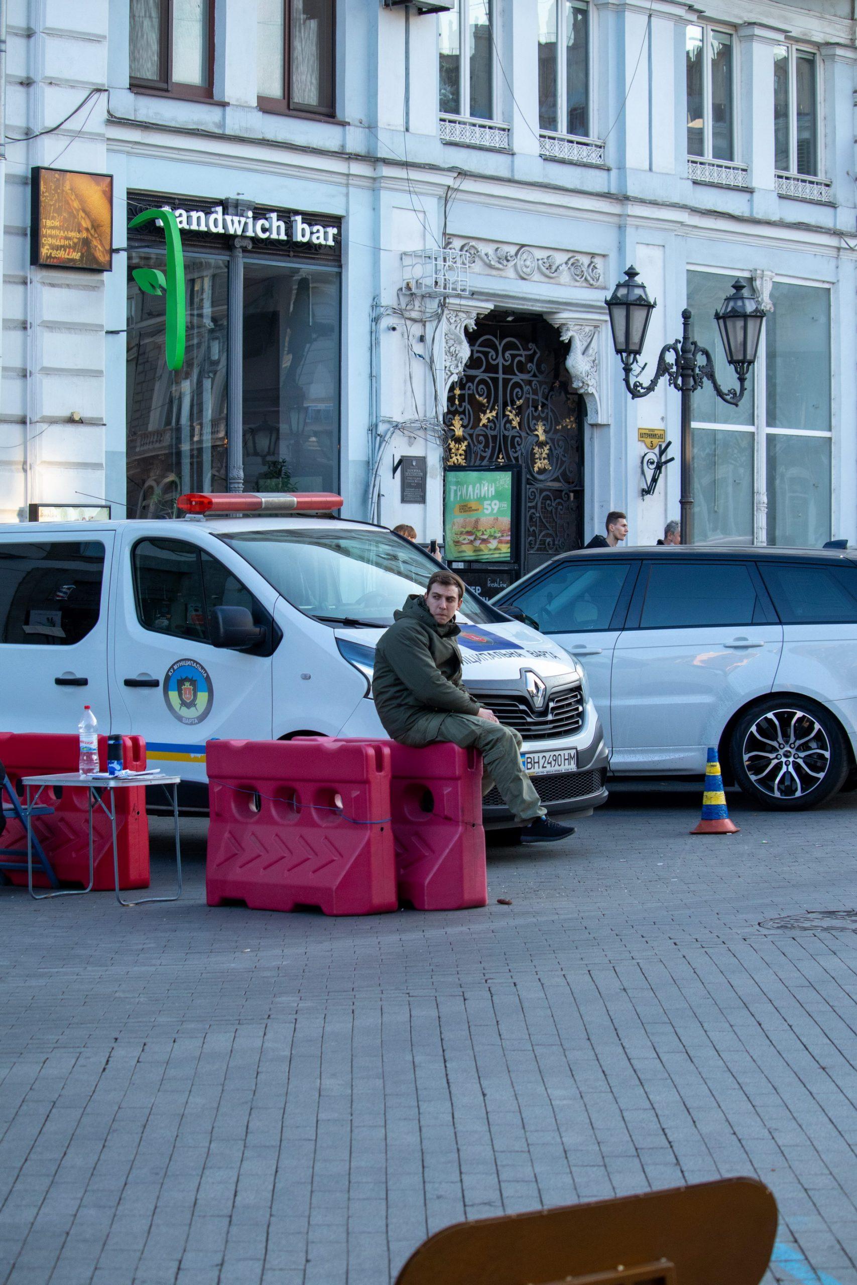 Охранник в центре Одессы следит за проездом автомобилей – bur4ik.ru – 21.01.2020 - фото 1