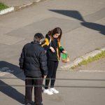 Мужчина просит деньги на перекрестке и ему дают - потом он покупает спиртное - фото 3