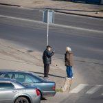 Мужчина просит деньги на перекрестке и ему дают - потом он покупает спиртное - фото 7