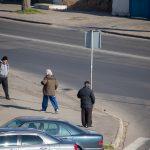 Мужчина просит деньги на перекрестке и ему дают - потом он покупает спиртное - фото 8
