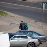 Мужчина просит деньги на перекрестке и ему дают - потом он покупает спиртное - фото 10