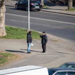 Мужчина просит деньги на перекрестке и ему дают - потом он покупает спиртное - фото 18