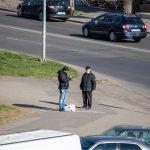 Мужчина просит деньги на перекрестке и ему дают - потом он покупает спиртное - фото 21