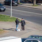 Мужчина просит деньги на перекрестке и ему дают - потом он покупает спиртное - фото 22