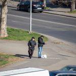 Мужчина просит деньги на перекрестке и ему дают - потом он покупает спиртное - фото